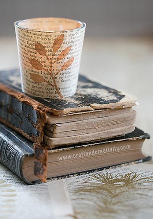 Chiếc cốc trở nên mới mẻ hơn từ chất liệu giấy sách cũ.