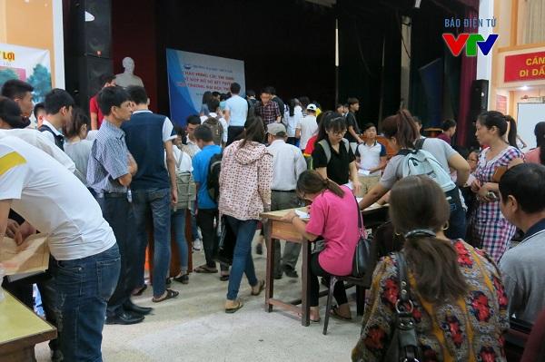 Tuy là ngày cuối cùng của đợt 1 tuyển sinh ĐH 2015 nhưng tại địa điểm trường ĐH Thủy Lợi vẫn rất đông thí sinhn đến nộp và rút hồ sơ