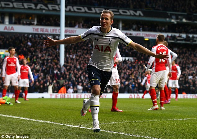 Harry Kane ăn mừng bàn thắng vào lưới Arsenal qua đó Tottenham thắng 2-1.