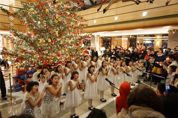 Thưởng thức dàn nhạc hợp xướng trong không khí ấm áp của Giáng sinh