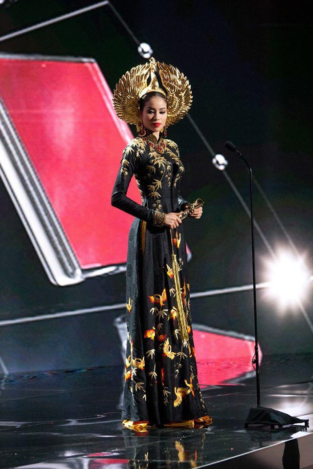 Phạm Hương với áo dài và chiếc mấn mạ vàng.