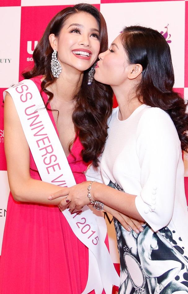 Phạm Hương rạng rỡ bên cạnh mẹ