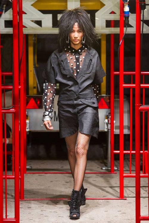Hình ảnh của Hoàng Thùy trên sàn diễn thời trang danh giá liên tục được cập nhật trên tạp chí thời trang nổi tiếng trong thời gian diễn ra London Fashion Week
