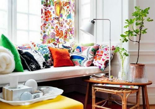 Sử dụng những chiếc gối tựa mang hoa văn hay màu sắc nổi bật giúp căn phòng của bạn trở nên rực rỡ hơn.