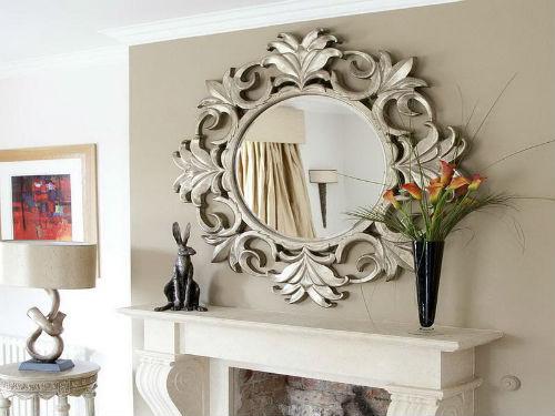 Gương soi cũng có thể trở thành vật dụng trang trí ấn tượng, tạo điểm nhấn cho không gian nhà bạn.
