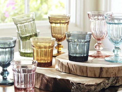 Những đồ vật thông thường như cốc, chén, lọ, chai... mang màu sắc đa dạng góp phần làm ngôi nhà sinh động hơn.