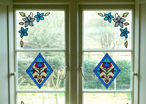 Bạn có thể dễ dàng chọn mua những hình dán trang trí cho cửa sổ hay cửa ra vào để giúp ngôi nhà trở nên bắt mắt hơn.