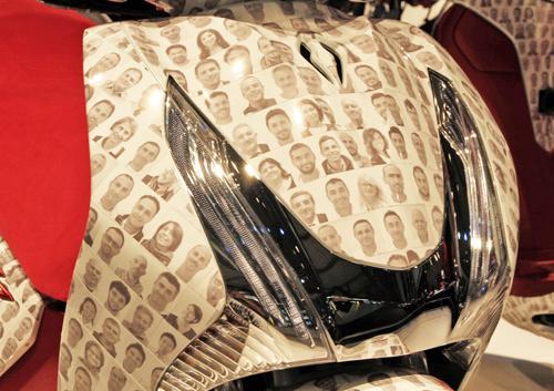 Thân xe được được phủ kín hình ảnh chân dung