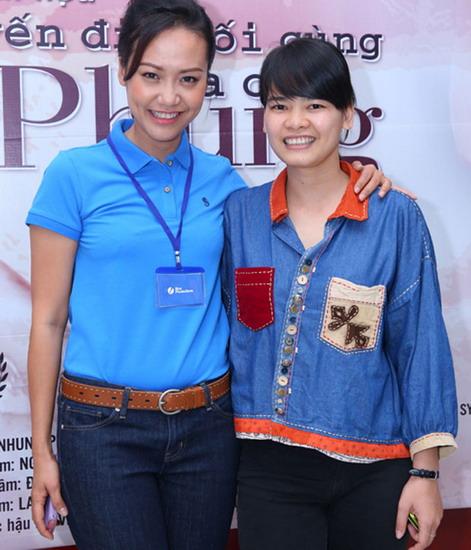 Diễn viên Hồng Ánh và đạo diễn Nguyễn Thị Thắm - đạo diễn của phim Chuyến đi cuối cùng của chị Phụng.
