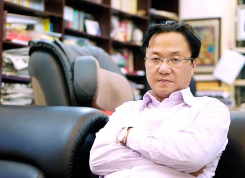 Nhà thơ, nhà báo Hồng Thanh Quang cũng ngồi ghế khách mời bình luận của Liveshow Bài hát yêu thích tháng 11