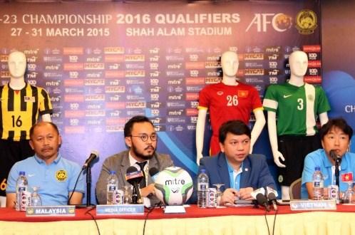 HLV Ismail Razip (bìa trái) và HLV Miura (bìa phải) tại cuộc họp báo trước trận. Ảnh: Tuổi Trẻ