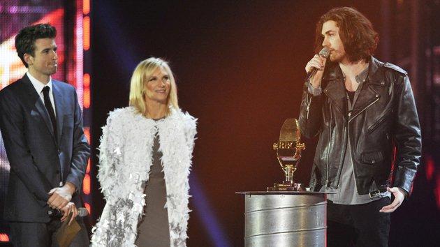 Hozier nhận giải Ca khúc của năm cho Take Me to Church tại BBC Music Awards 2015. (Ảnh: RTE)