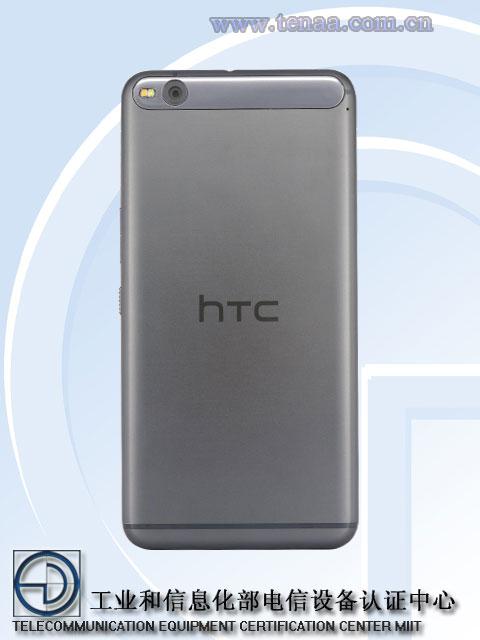 Mặt sau của máy nổi bật với logo của HTC và thiết kế camera sau ấn tượng