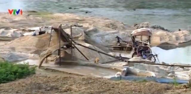 Sông Chảy như một công trường khai thác cát khổng lồ.