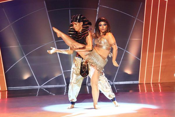 Huyền Thanh và Quang Đăng biểu diễn My Egyptain Lover.