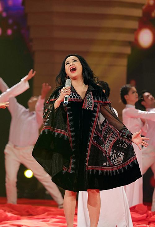 Cô đã gây xúc động cho khán giả khi thăng hoa hết mình với sáng tác của cha cô - cố nhạc sĩ Thuận Yến.