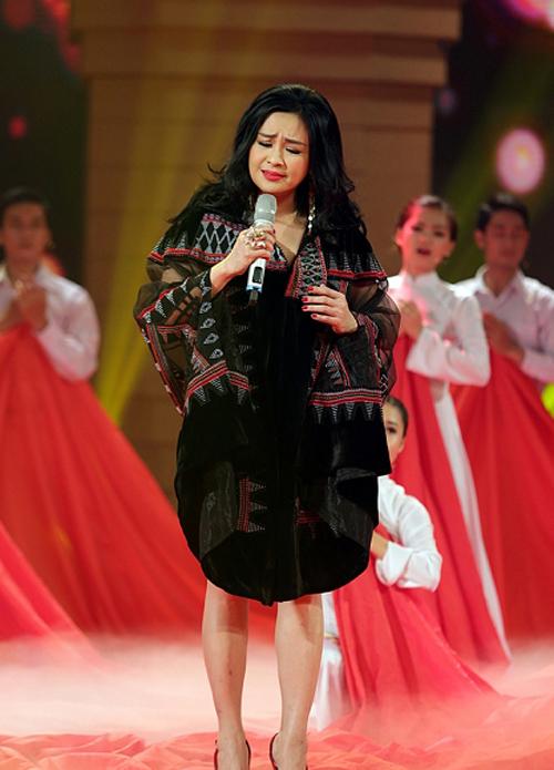Tiết mục Màu hoa đỏ do ca sĩ Thanh Lam thể hiện đang tạm dẫn đầu Giai điệu tự hào tháng 3/2015.