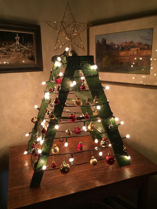 Chiếc thang gấp cũng có thể thành cây thông đón Giáng sinh