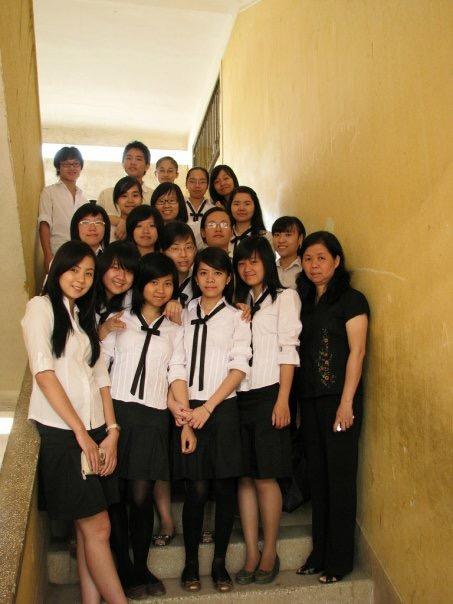 MC Mai Ngọc khi là học sinh THPT (ngoài cùng bên trái)