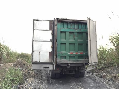 Một chiếc ô tô tải giả làm xe đông lạnh hòng qua mặt lực lượng chức năng. (Ảnh: báo Quảng Ninh)