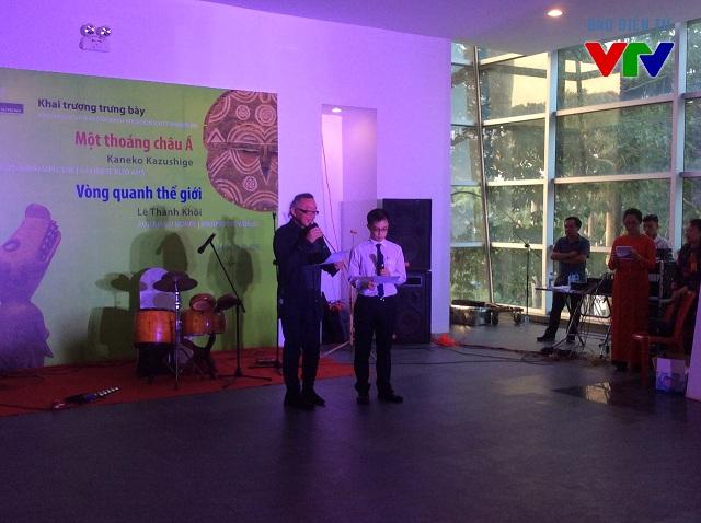 ông Lê Hồng Nguyên (bên trái) con trai GS. Lê Thành Khôi nói về cảm xúc của mình trong buổi lễ khai trương hai trưng bày mới.