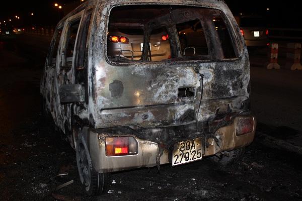 Hậu quả của vụ cháy đã làm cho chiếc xe chỉ còn bộ khung sắt.