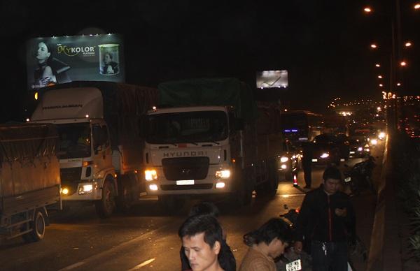 Vụ cháy đã làm cho các phương tiện tham gia giao thông tê liệt.