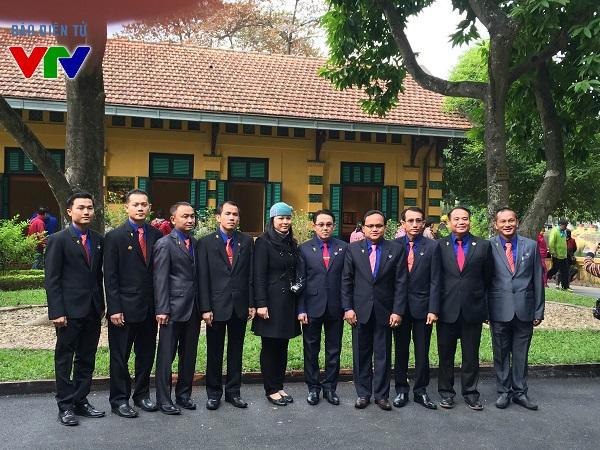Đoàn đại biểu Thành đoàn Vientiane, Lào đến viếng Lăng Bác