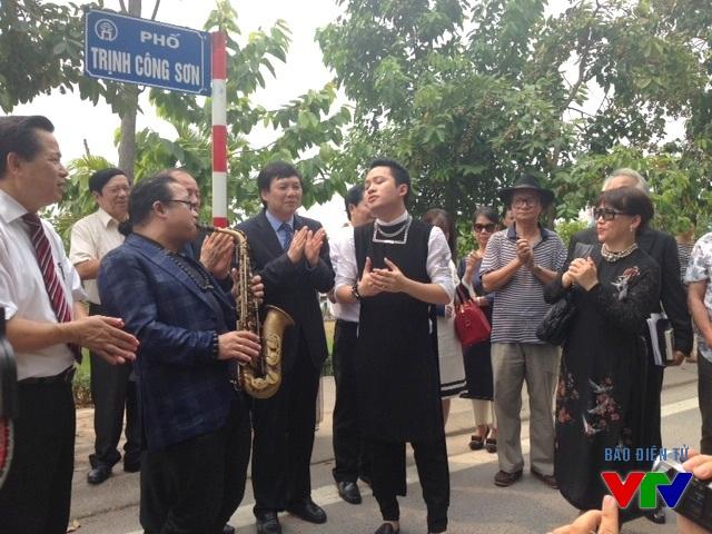 Phút ngẫu hứng của ca sĩ Tùng Dương và nghệ sĩ saxophone Trần Mạnh Tuấn trên con phố Trịnh Công Sơn.