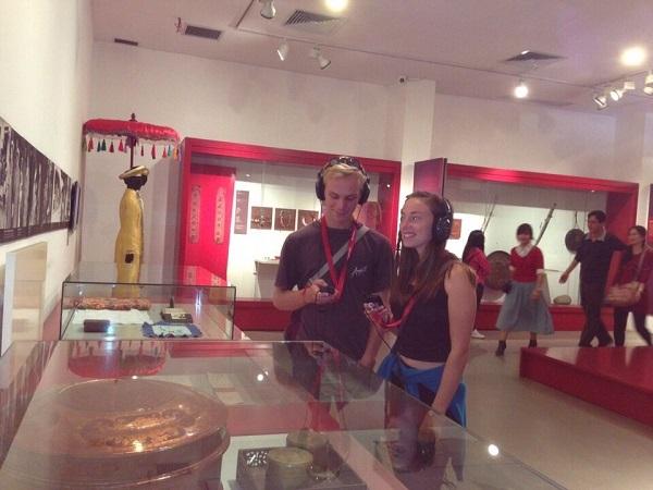 Khách du lịch sử dụng thử hệ thống thuyết minh tự động tại bảo tàng Phụ nữ Việt Nam (Ảnh: Bảo tàng Phụ nữ Việt Nam)