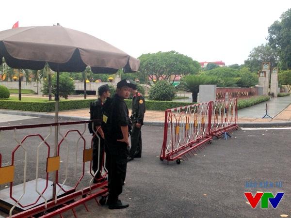 Các chiến sĩ CSCĐ canh gác tại sau tòa nhà Quốc hội.