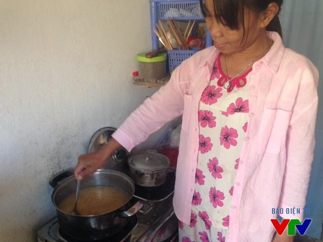 Chị Hương hồ hởi bên nồi chè đậu xanh được nấu từ những hạt đậu không lên được mầm
