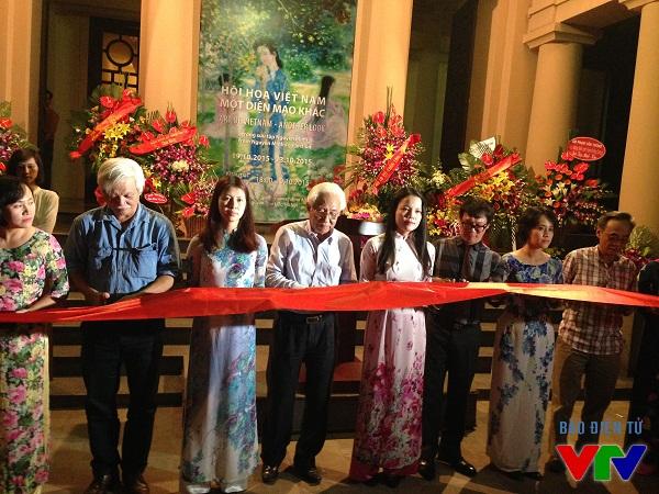 Các vị khách mời cùng Nhà sưu tập Nguyễn Minh cắt băng khánh thành triển lãm.