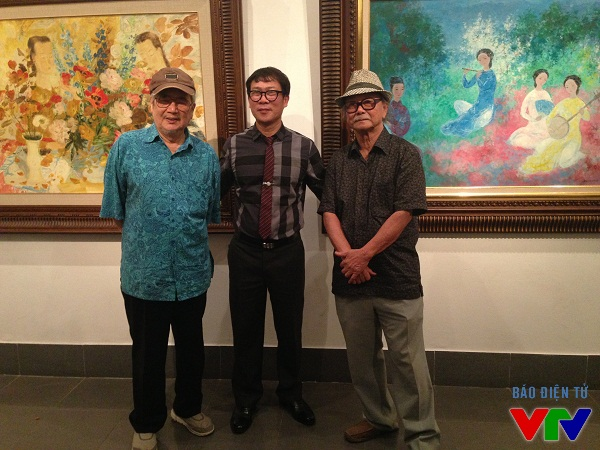 Nhà sưu tập Nguyễn Minh (giữa) cùng hai vị họa sĩ gạo cội của Việt Nam.