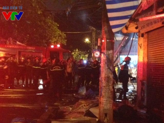 Các chiến sỹ cứu hỏa cố gắng dập đám cháy từ tầng 1 ngôi nhà
