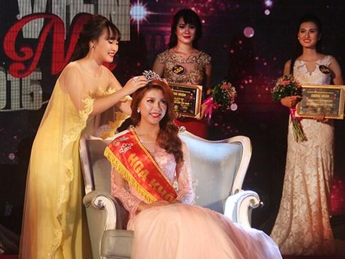 Hoa khôi sinh viên 2014 - Nguyễn Nhật Lệ (Học viện Tài chính) trao lại vương miện cho tân Hoa khôi Thu Hằng
