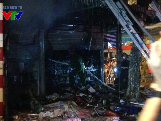 Đến 20h40, ngọn lửa được khống chế, tuy nhiên khu vực tầng 1 vẫn cháy âm ỉ nên có hiện tượng khói bụi mù mịt