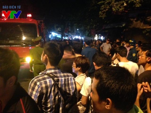 Rất nhiều người hiếu kì đã đến theo dõi tình hình của vụ cháy