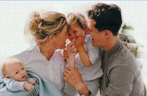 Vợ chồng Schumacher cùng 2 con là Gina Marie (sinh năm 1997) và Mick (1999)