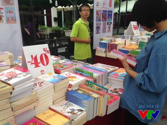 Với ưu đãi hạ giá lên đến 50%, Hội sách Mùa thu 2015 thu hút đông đảo người yêu sách đến tìm chọn tựa sách yêu thích