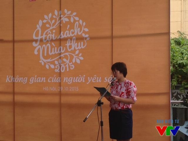 Bà Khúc Thị Hoa Phượng - Giám đốc, Tổng biên tập Nhà xuất bản Phụ nữ phát biểu tuyên bố khai mạc Hội sách Mùa thu 2015
