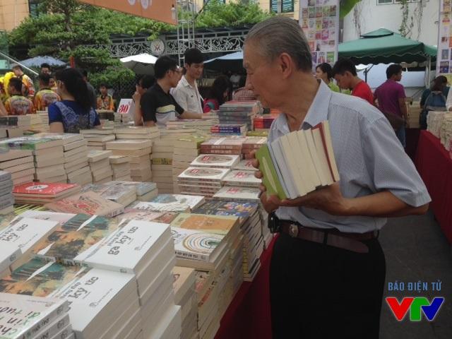 Mọi người đều có thể đến lựa cho mình nhiều cuốn sách hay với giá phải chăng