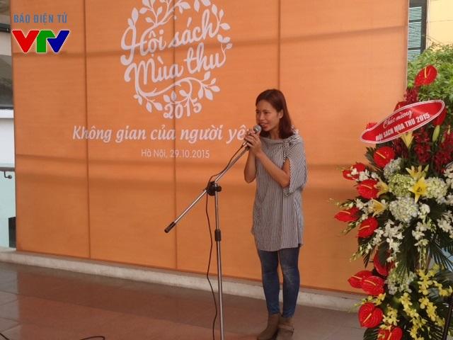 Nhà văn Trang Hạ chia sẻ tại buổi khai mạc