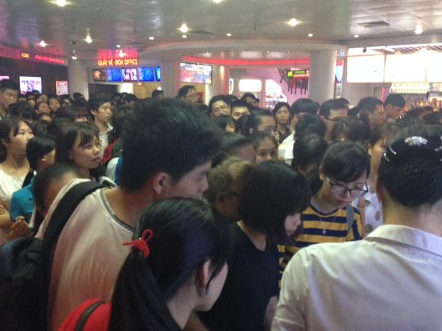 Sô lượng người đến nhận vé càng lúc càng đông hơn