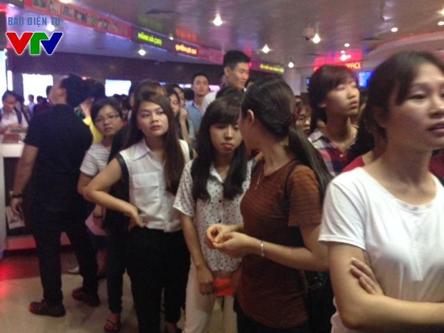Rất nhiều người đến từ 15h chiều để xếp hàng nhận vé xem phim Việt