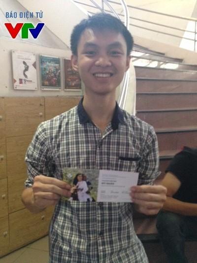 Một bạn trẻ rất vui mừng vì đã nhận được một trong những cặp vé cuối được phát trong ngày