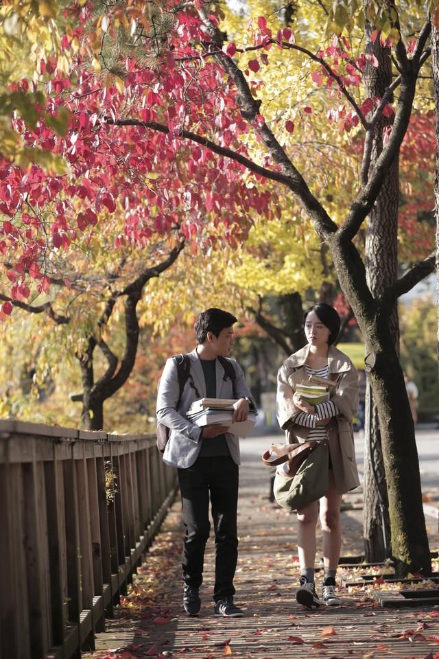 Shin Hae Sun và Hồng Đăng trong một cảnh quay.