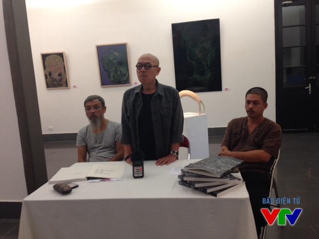 Ông Vũ Đức Hiếu, Giám đốc Bảo tàng Không gian Văn hóa Mường cùng họa sĩ Phan Cẩm Thượng và họa sĩ Thành Chương chủ trì cuộc họp báo