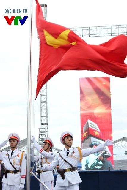 Lá cờ tổ quốc tung bay trong sự trang nghiêm và xúc động.