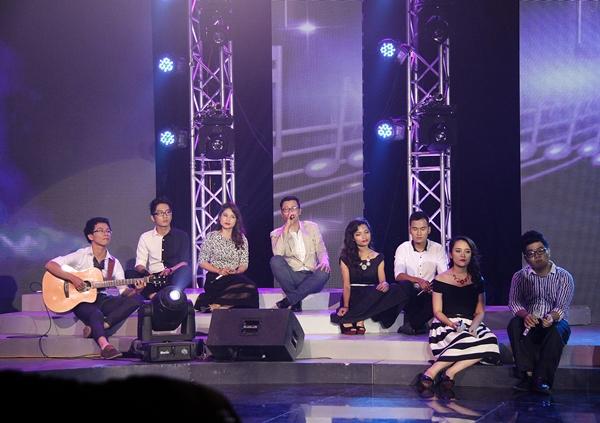 Hoàng Bách cùng các học trò của mình thể hiện trên sân khấu Tuổi 20 hát năm 2013 (Ảnh: VTV6).